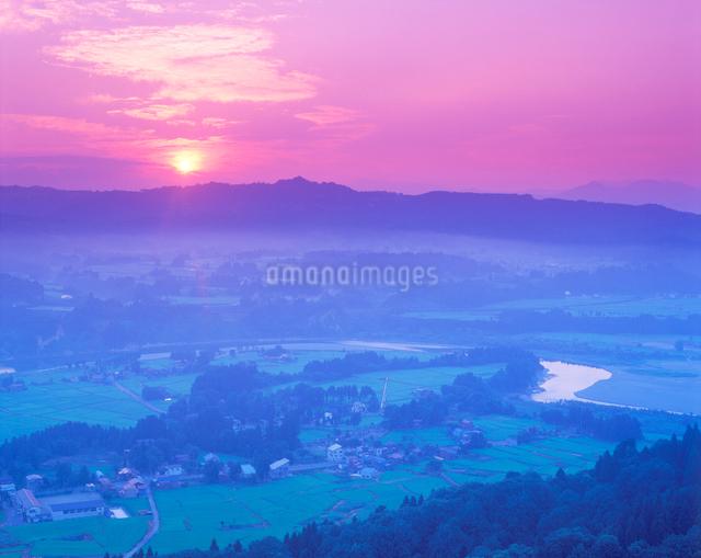 鳥屋ヶ峰方向の山並みと田園と信濃川と朝日の写真素材 [FYI01524477]