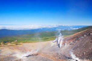 噴煙と雲海 旭川方向の写真素材 [FYI01524499]