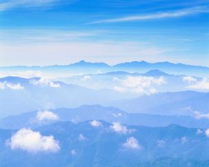 甲斐駒ケ岳方向の山並の写真素材 [FYI01524523]
