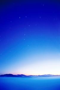 浅草岳方面の山並と北斗七星の写真素材 [FYI01524570]