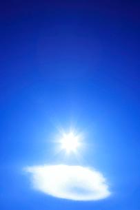 レンズ雲と太陽の写真素材 [FYI01524803]