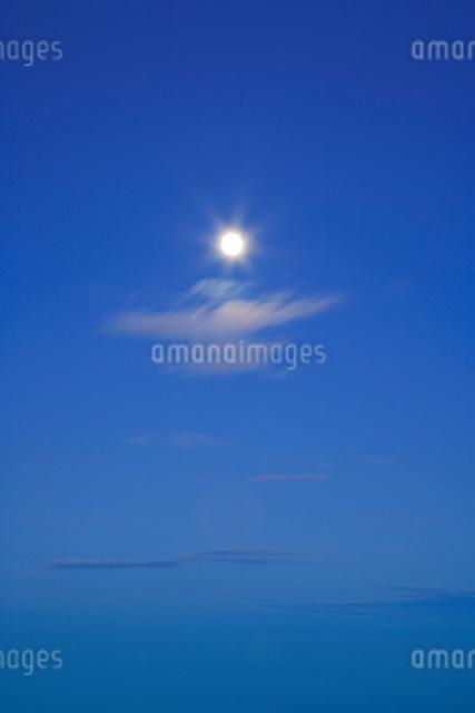 月と流れる雲 夕景の写真素材 [FYI01524829]
