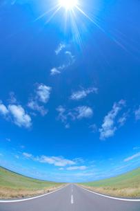牧草地と道路の写真素材 [FYI01525097]
