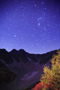 前穂高岳とオリオン座が輝く星空の写真素材 [FYI01525472]