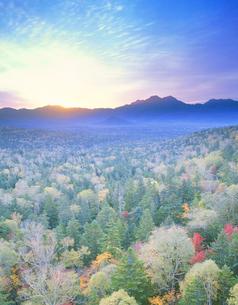 西クマネシリ岳方面朝景の写真素材 [FYI01525595]