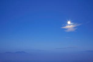 月と流れる雲と浅間山 夕景の写真素材 [FYI01525674]