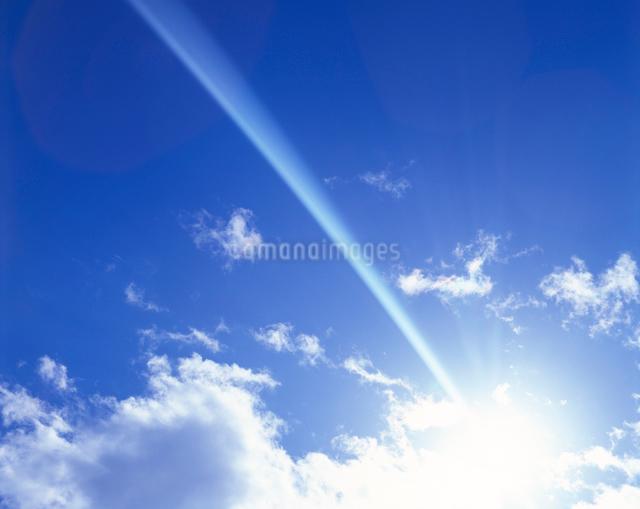 太陽と光芒と青空の写真素材 [FYI01526027]