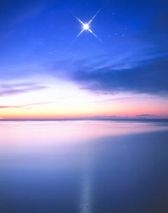 金星と朝の海の写真素材 [FYI01526137]