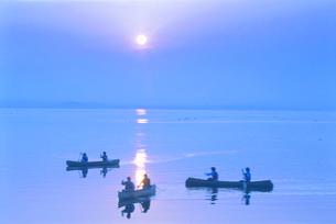 カヌーと夕陽   7月  北海道の写真素材 [FYI01526164]
