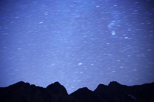 前穂高岳とオリオン座が輝く星空の写真素材 [FYI01526375]