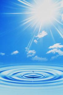 水滴と水紋と太陽と空イメージの写真素材 [FYI01526569]