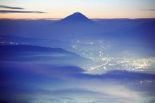 流れる朝霧と富士山と茅野市街の写真素材 [FYI01526656]