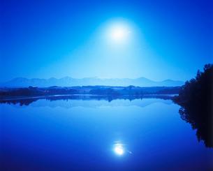 月夜の水沢湖の写真素材 [FYI01526952]