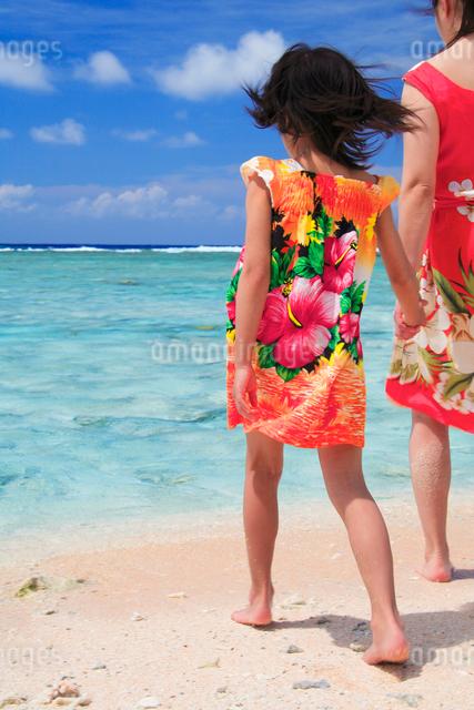 海に向かって歩く娘と母親の写真素材 [FYI01527022]