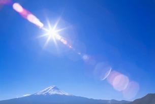 富士山と太陽とレンズのゴーストの写真素材 [FYI01527102]