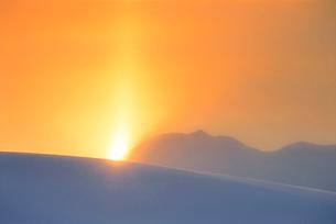 太陽柱現象の写真素材 [FYI01527303]
