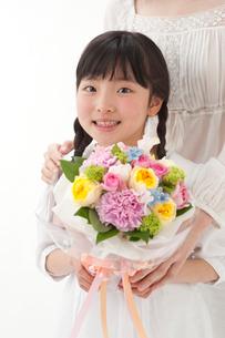 花束を持つ母と女の子の写真素材 [FYI01527913]