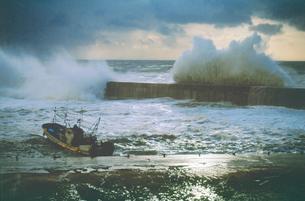 冬の港と波しぶきの写真素材 [FYI01527949]