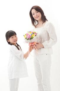花束を持つ母と女の子の写真素材 [FYI01527953]