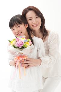 花束を持つ母と女の子の写真素材 [FYI01528062]
