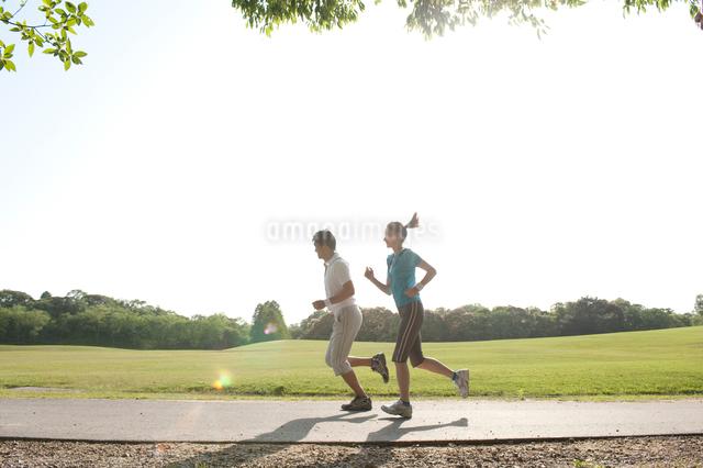 公園でランニングをする20代カップルの写真素材 [FYI01528079]