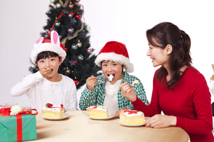 クリスマスでケーキを食べる母と子供男女の写真素材 [FYI01528171]