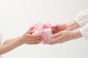 プレゼントを渡す母と女の子の手の写真素材 [FYI01528337]