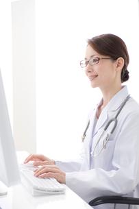 パソコンを見る眼鏡の女医の写真素材 [FYI01528338]