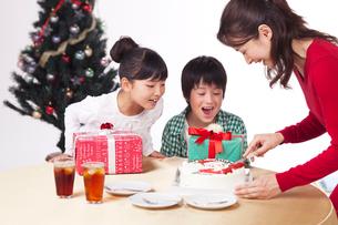クリスマスで母からケーキを取り分けてもらう子供男女の写真素材 [FYI01528444]