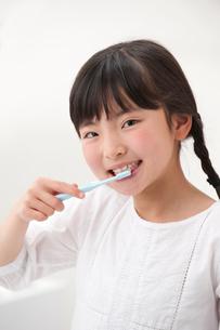 歯磨きする女の子の写真素材 [FYI01528477]