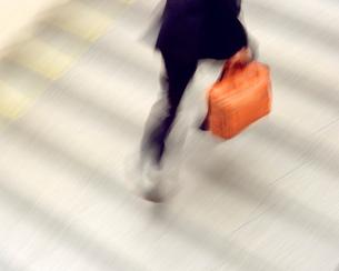階段とビジネスマン 東京駅の写真素材 [FYI01528673]