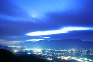 木曽駒ヶ岳と薄暮の伊那市街と月の写真素材 [FYI01528925]