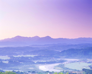 山本山高原より望む信濃川と越後三山の朝の写真素材 [FYI01529069]