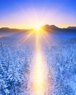 サンピラーと朝日と西クマネシリ岳 三国峠より望むの写真素材 [FYI01529103]