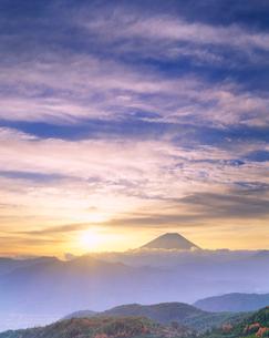 朝の富士山と山並の写真素材 [FYI01529159]