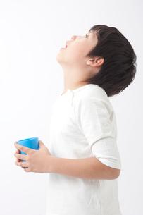 うがいをする男の子の写真素材 [FYI01529225]