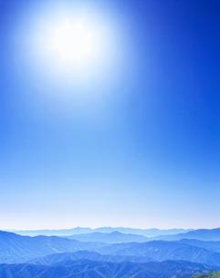 乗鞍岳より望む甲斐駒方面の山稜と太陽の写真素材 [FYI01529260]
