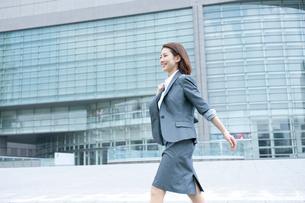 スーツを着てオフィス街を歩く20代OLの写真素材 [FYI01529275]