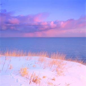 朝の雪原と海の写真素材 [FYI01529300]