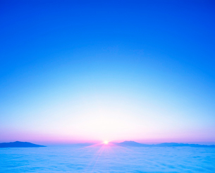 斜里岳方向の雲海と朝日の写真素材 [FYI01529324]