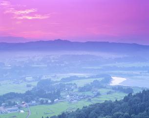 朝の小千谷盆地 小千谷市 7月の写真素材 [FYI01529425]