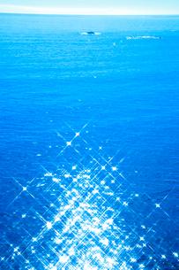 漁船と岩礁の写真素材 [FYI01529455]