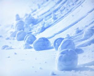 転がり出来た雪玉の写真素材 [FYI01529475]