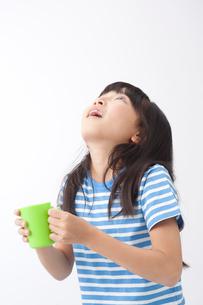 うがいをする女の子の写真素材 [FYI01529523]