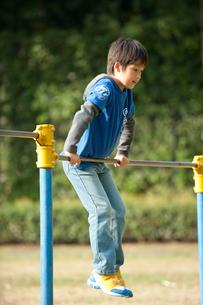 公園で鉄棒をする男の子の写真素材 [FYI01529524]