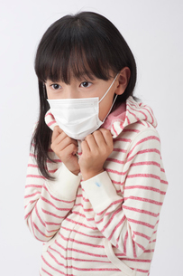 マスクをして震える女の子の写真素材 [FYI01529587]