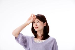 発熱で頭に手をやる女性の写真素材 [FYI01529615]