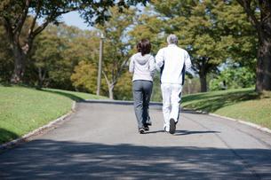 ジョギングをする中高年カップル後姿の写真素材 [FYI01529719]