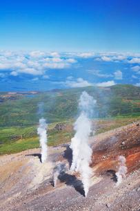 噴煙と雲海 旭川方向の写真素材 [FYI01529734]