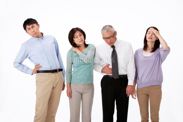 頭痛発熱と腹痛腰痛と肩凝りの男女四人の写真素材 [FYI01529784]